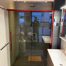 Rowe New Generation schuifdeur 140cm, rood profiel, donker glas SHOWROOMMODEL